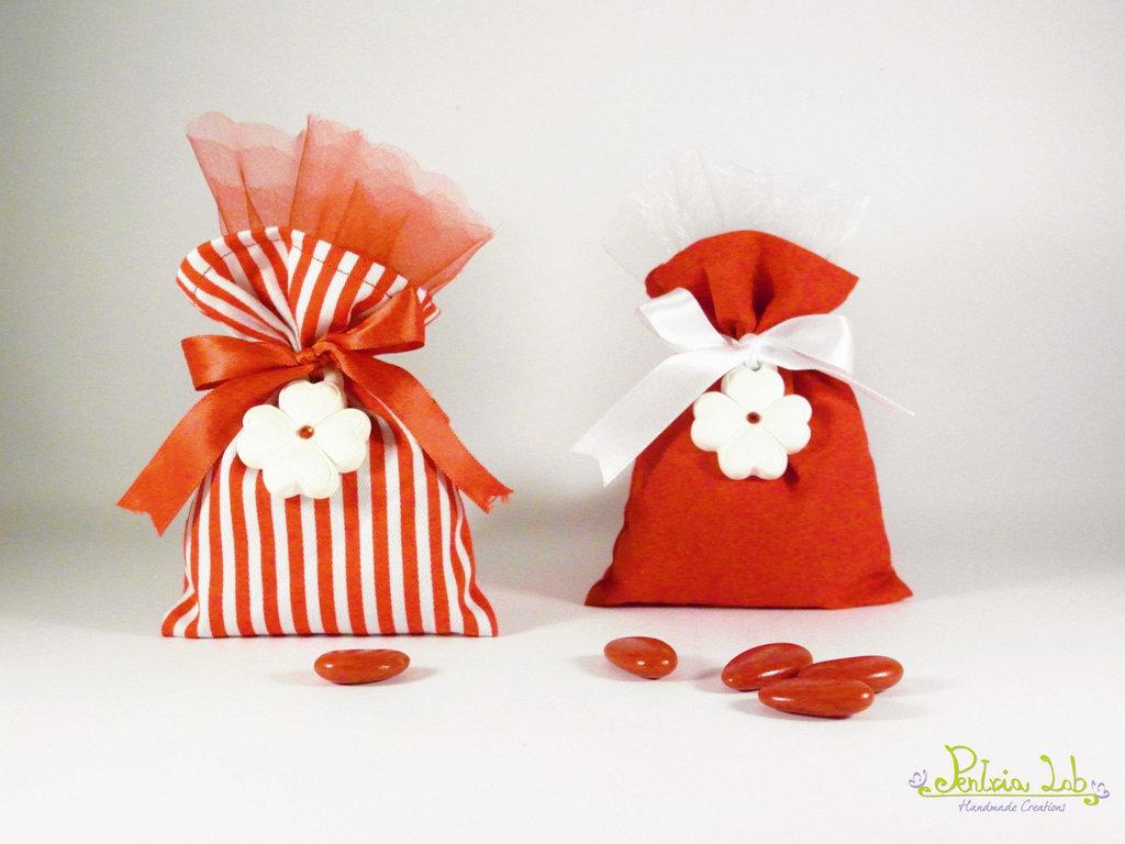 Sacchetto di stoffa con gessetto profumato quadrifoglio e strass rosso - bomboniera/porta confetti/multiuso