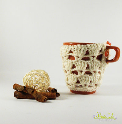 Tazza con copri tazza traforato panna fatto ad uncinetto con  bottone.