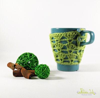 Copri tazza traforato ad uncinetto colore verde con bottone azzurro , tazza color turchese
