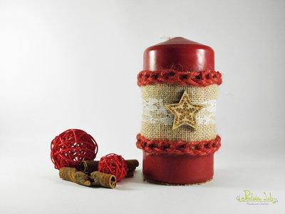 Cero rosso decorato con materiali naturali, legno, pizzo e iuta