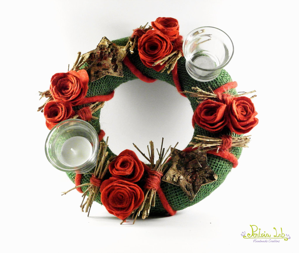 Centrotavola decorativo con porta tealight in vetro, rose in feltro e decorazioni naturali