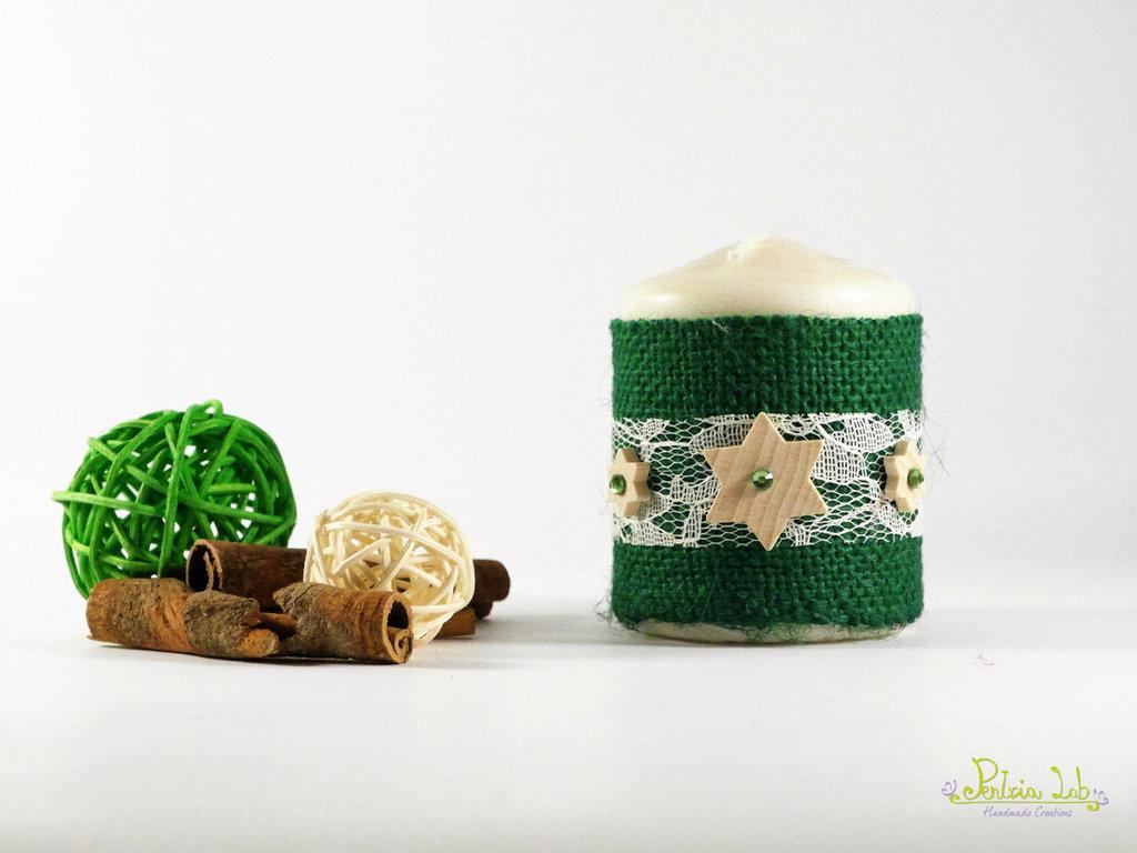 candela decorata con tessuto di iuta color verde, pizzo e stella in legno