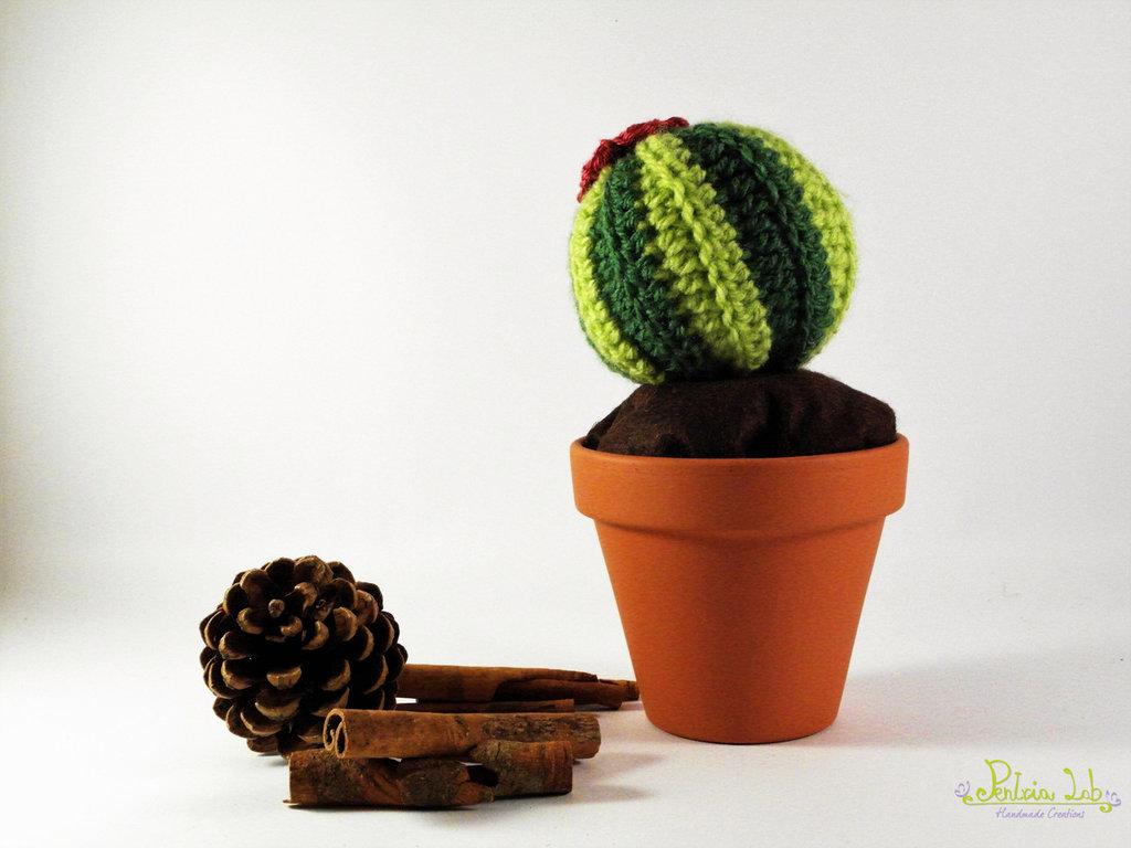 Pianta grassa, fatta ad uncinetto, con fiore color vinaccio e vaso in terracotta da 9 cm di diametro