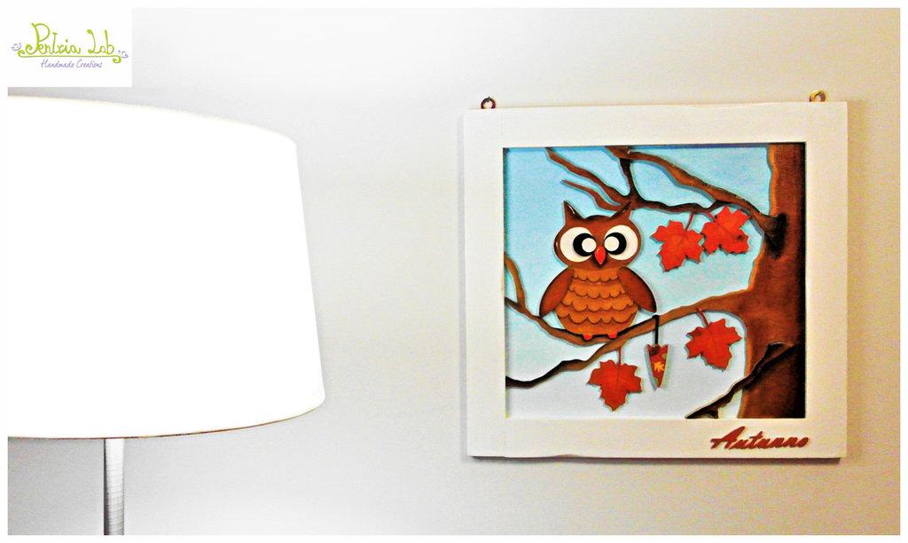 Quadro con cornice in legno realizzato a mano con il traforo. Soggetto raffigurato: il gufetto Rufus e le sue stagioni...l'autunno