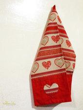 Coppia di asciugapiatti realizzati a mano in tessuto con applicazioni a cuore su fascia di cotone rosso.