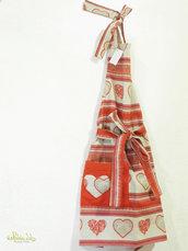 Grembiule realizzato a mano con tessuto a fantasia di cuori con tasca