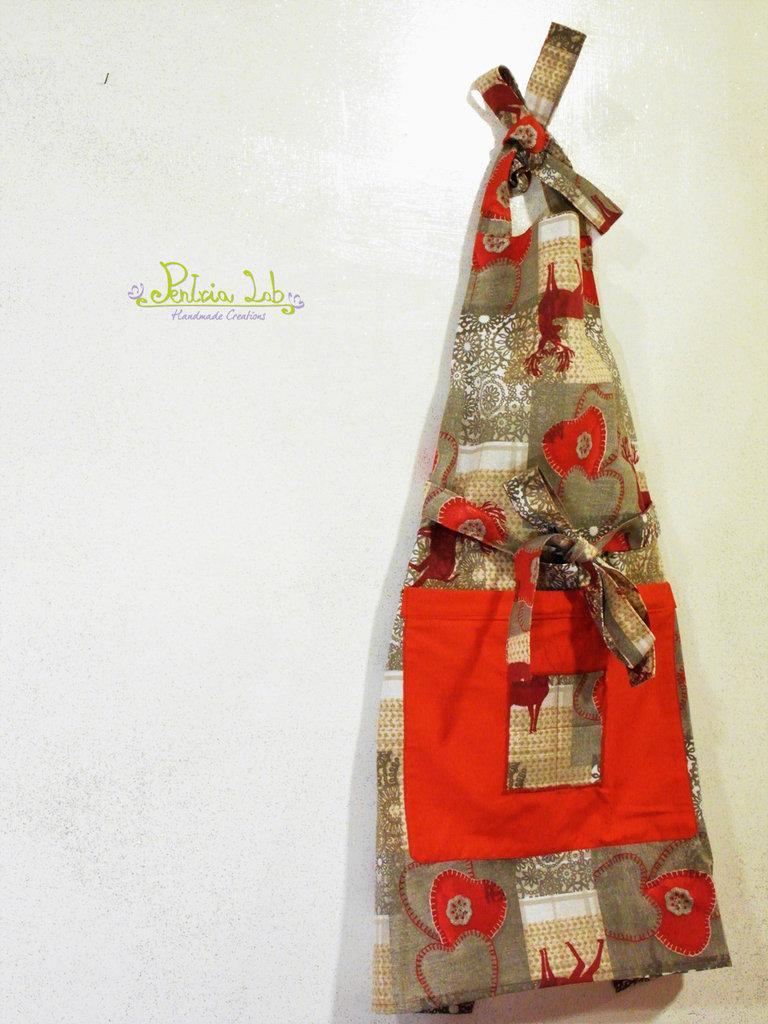 Grembiule con tasca realizzato con tessuto a fantasia natalizia di renne e cuori rossi