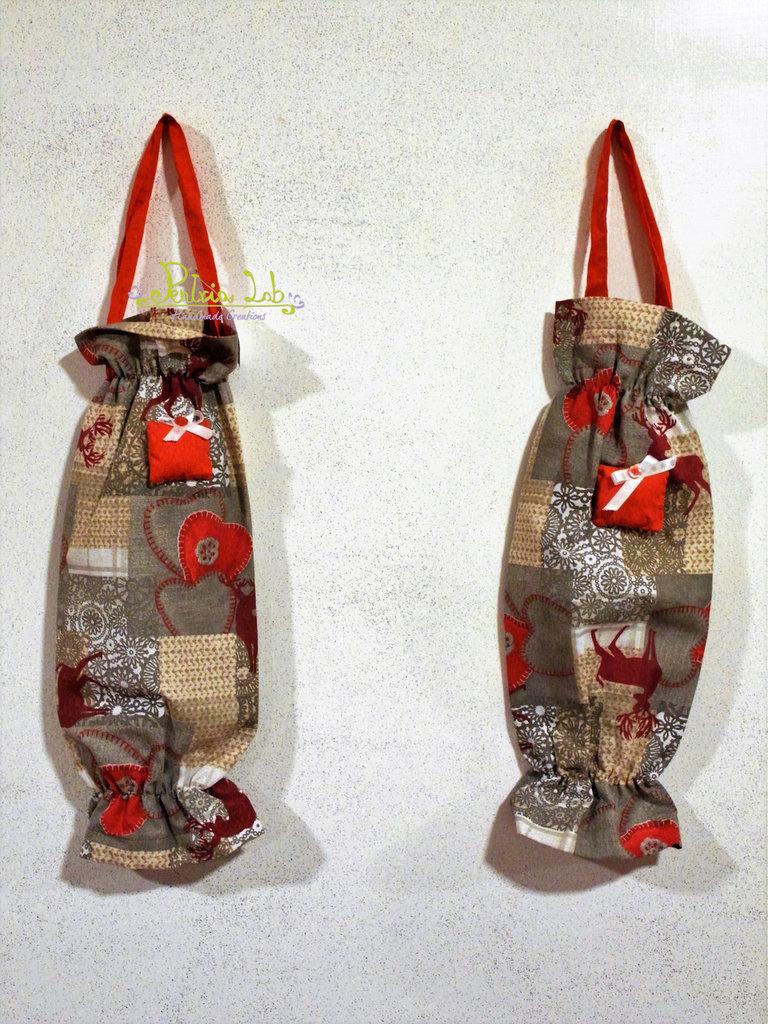 Porta buste in tessuto a fantasia natalizia decorato con pacco imbottito