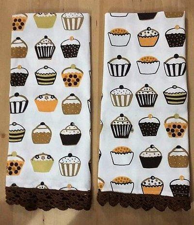 Asciugapiatti in cotone a fantasia cupcake, tonalità marrone,con merletto marrone fatto ad uncinetto