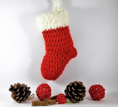 Calza piccola della befana od natalizia fatta ad uncinetto di colore rosso e panna.
