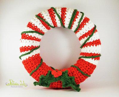Ghirlanda natalizia ad uncinetto con fettucce color rosso e bianco, con vischio realizzato ad uncinetto