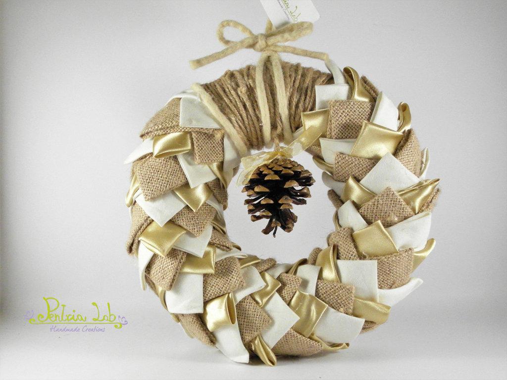 Ghirlanda in tessuto, effetto pigna, color oro satin e panna e in canapa avana , con corda di feltro panna