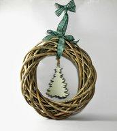 Ghirlanda natalizia in rattan, con alberello intagliato a mano color verde-grigio - riciclo creativo