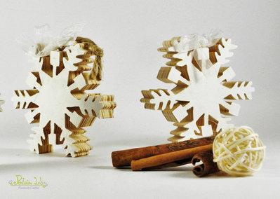 fiocchi di neve, oggetto decorativo, realizzato a mano a traforo con legno di recupero