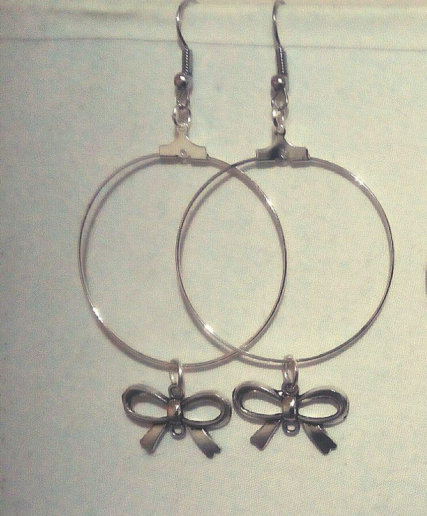 orecchini a cerchio in metallo leggero con charms fiocco