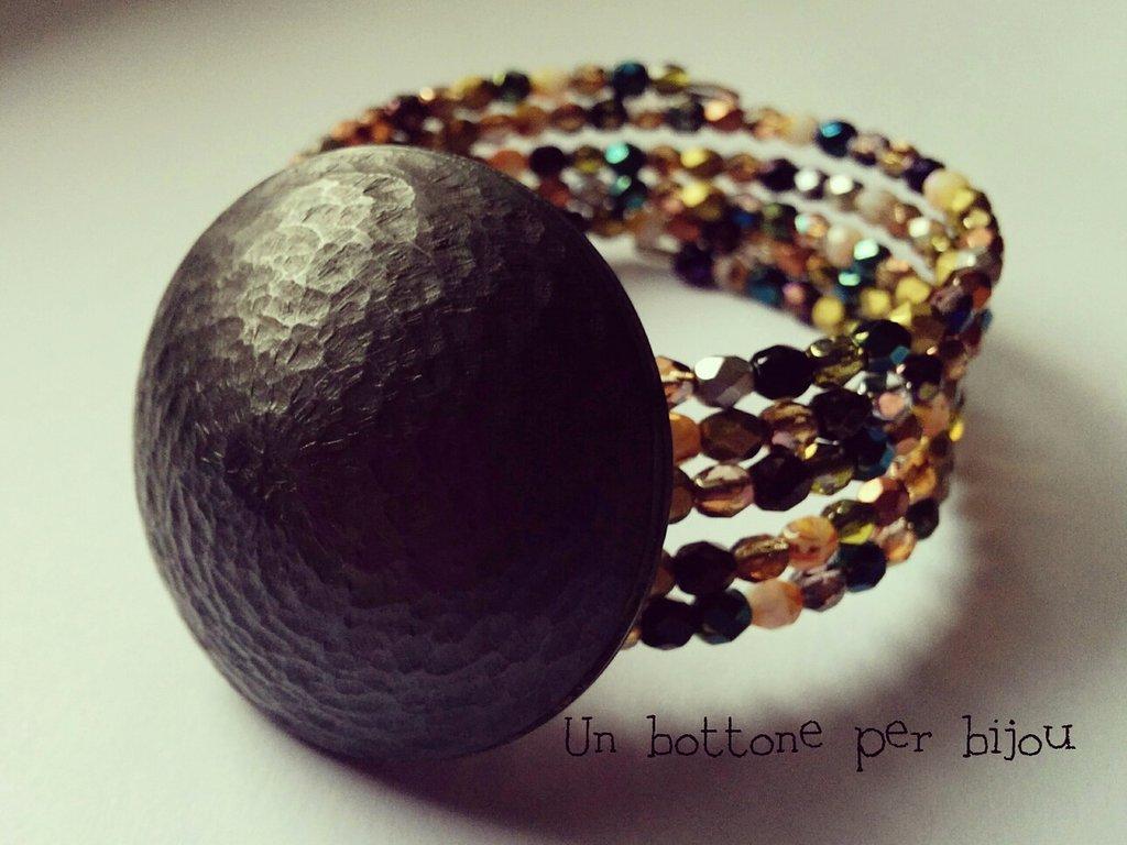 Bracciale con maxi bottone vintage e cristalli di Boemia,su filo armonico