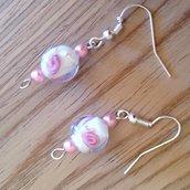 Orecchini in perline rosa e bianche con roselline, fatti a mano