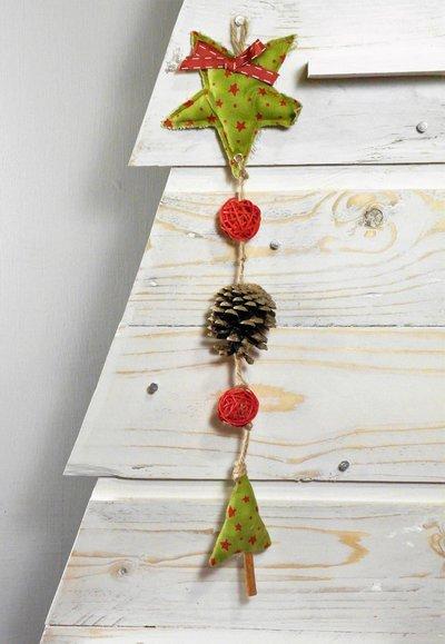 Decorazione natalizia con stella e alberello di stoffa cucito a mano, con pigna vera e palline rosse in rattan