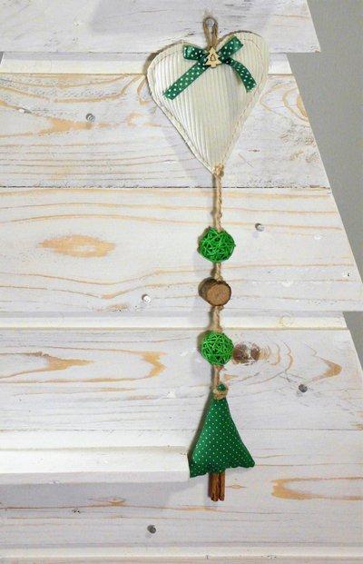 Decorazione / appendino natalizio con cuore e alberello di stoffa, con cerchi di legno e palline verdi in rattan