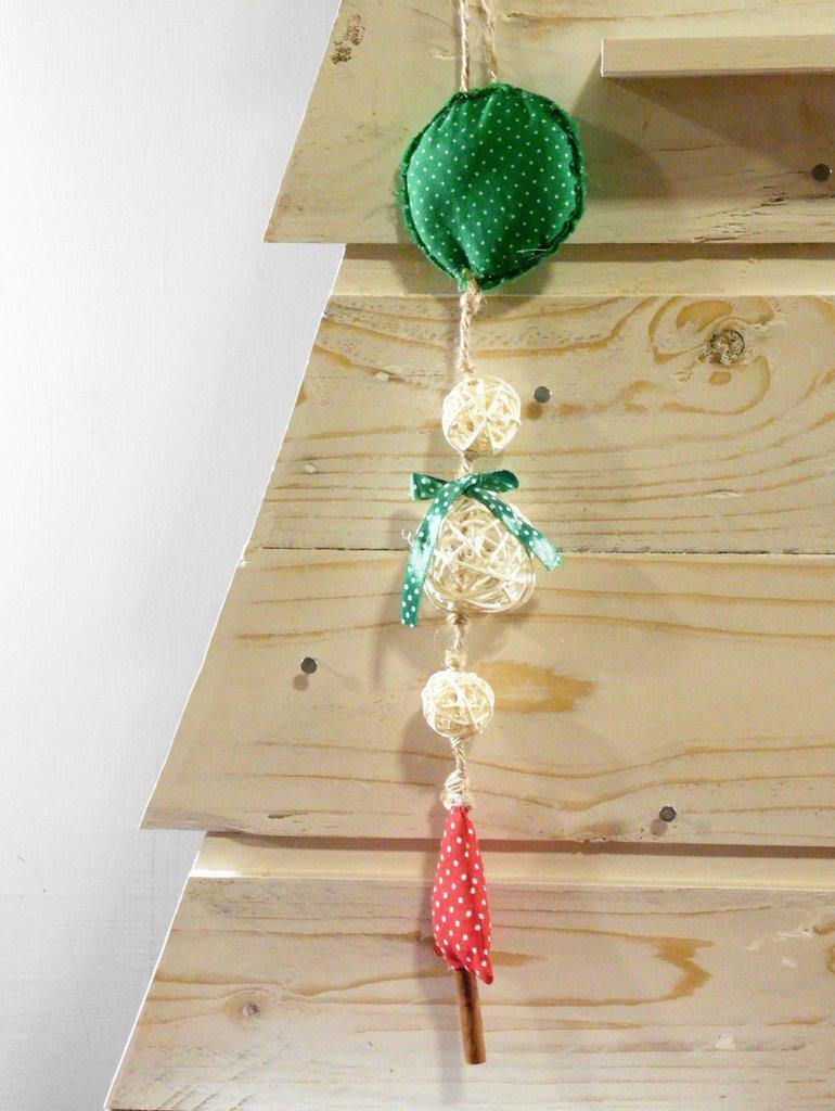 appendino natalizio con pallina ed alberello di stoffa, con palline panna in rattan