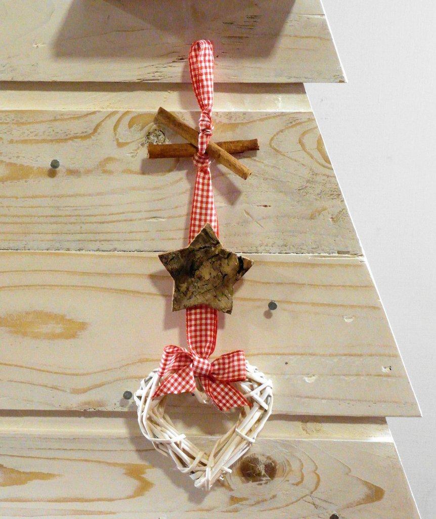 Decorazione Natalizia con elementi naturali, corteccia, cannella, rattan