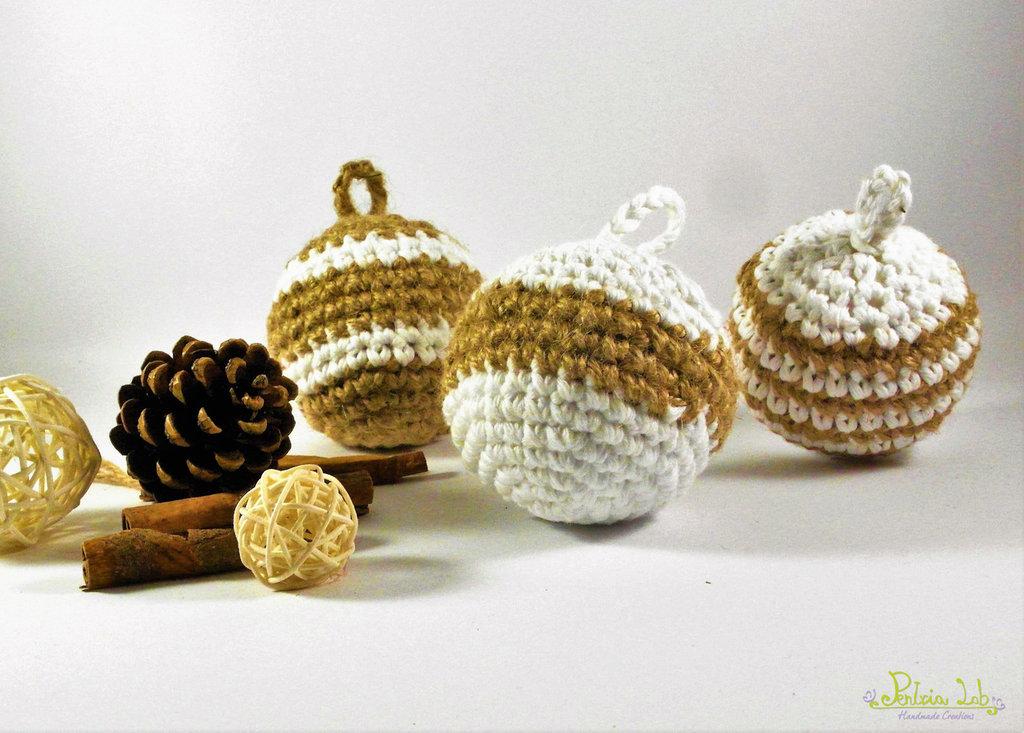 Palline natalizie fatte ad uncinetto in cotone bianco e filato di canapa