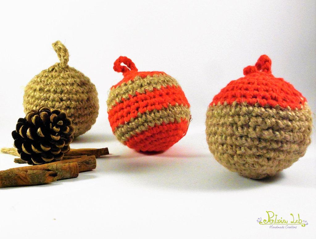 Palline natalizie fatte ad uncinetto con filo di cotone rosso e di canapa, vari motivi, diametro 8 cm