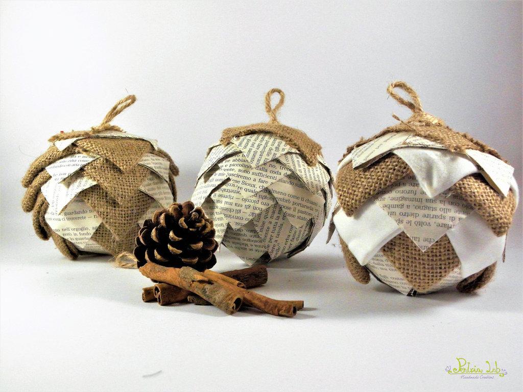 Pallina natalizia in tessuto di canapa e carta, effetto pigna, patchwork, riciclo creativo
