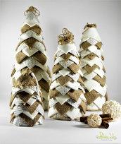 albero natalizio, altezza 12,5 cm, realizzato con tessuto in cotone panna, iuta e carta riciclata - riciclo creativo - effetto tridimensionale