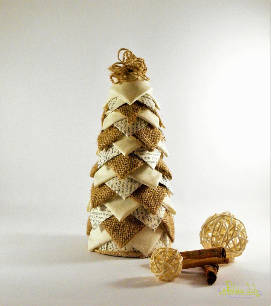 Albero in tessuto, carta e iuta, effetto pigna. Altezza 21 cm, riciclo creativo