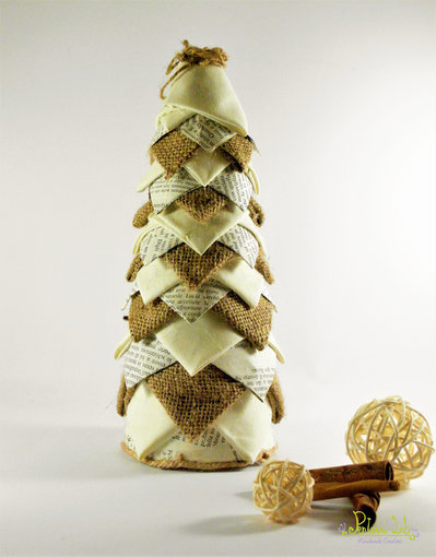 Albero in tessuto, carta e iuta, effetto pigna. Altezza 26 cm, riciclo creativo