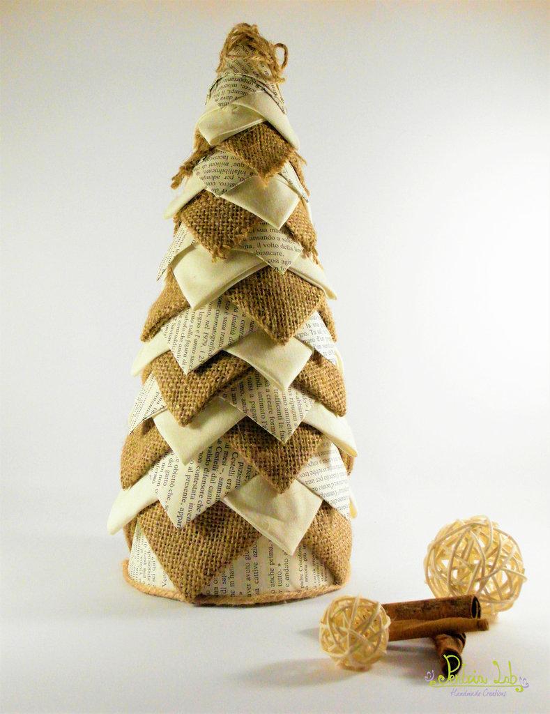 Albero in tessuto, carta e iuta, effetto pigna. Altezza 31 cm - riciclo creativo