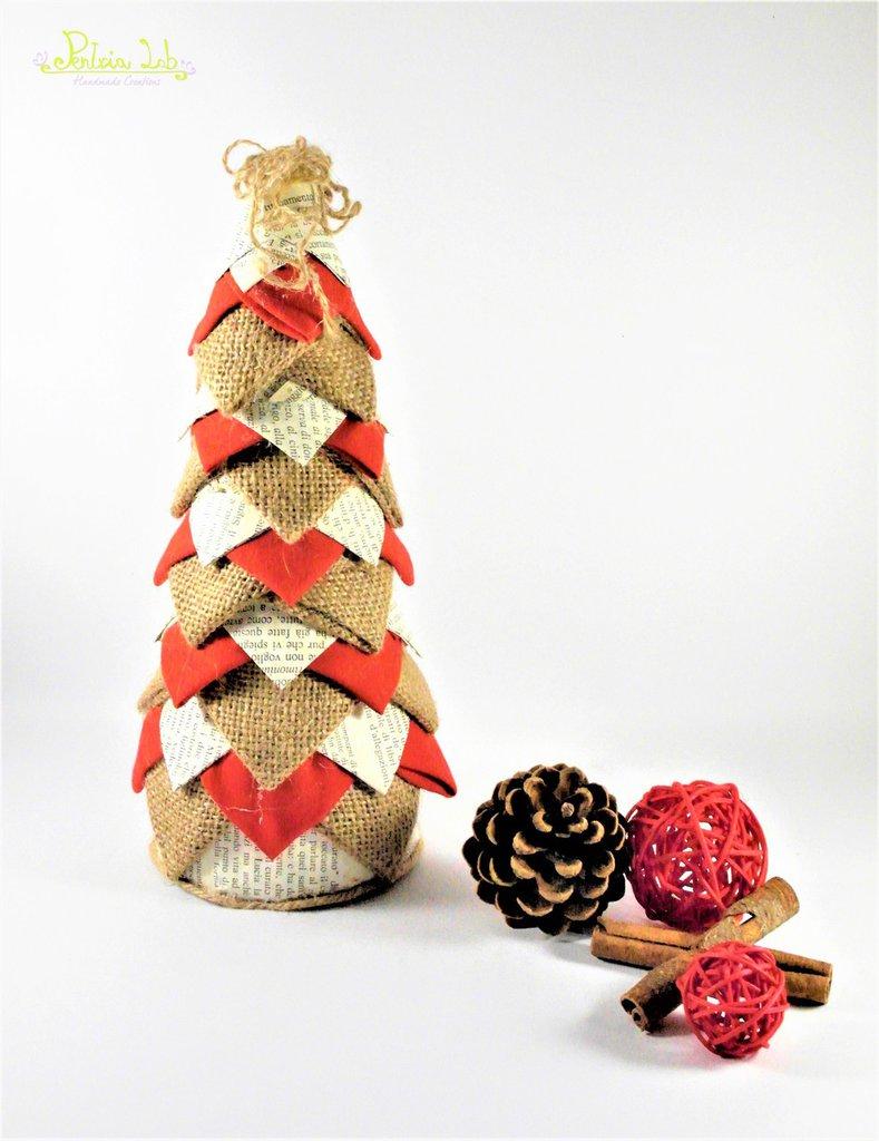 Albero in tessuto di cotone rosso e bianco, carta e iuta , effetto pigna. Altezza 26 cm - riciclo creativo