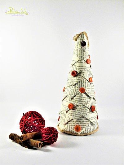 Albero in carta e bottoni -  riciclo creativo, effetto pigna. Altezza 21 cm