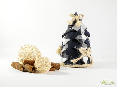 alberello realizzato con tessuto in cotone blu e bianco, con fiocchi di canapa - altezza 12,5 cm