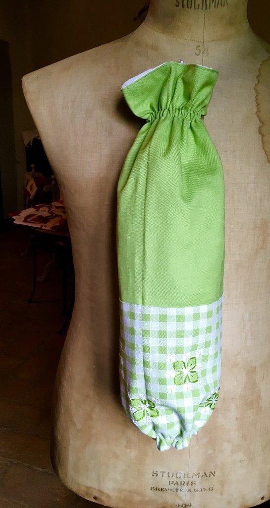 Porta sacchetti verde ricamato a mano