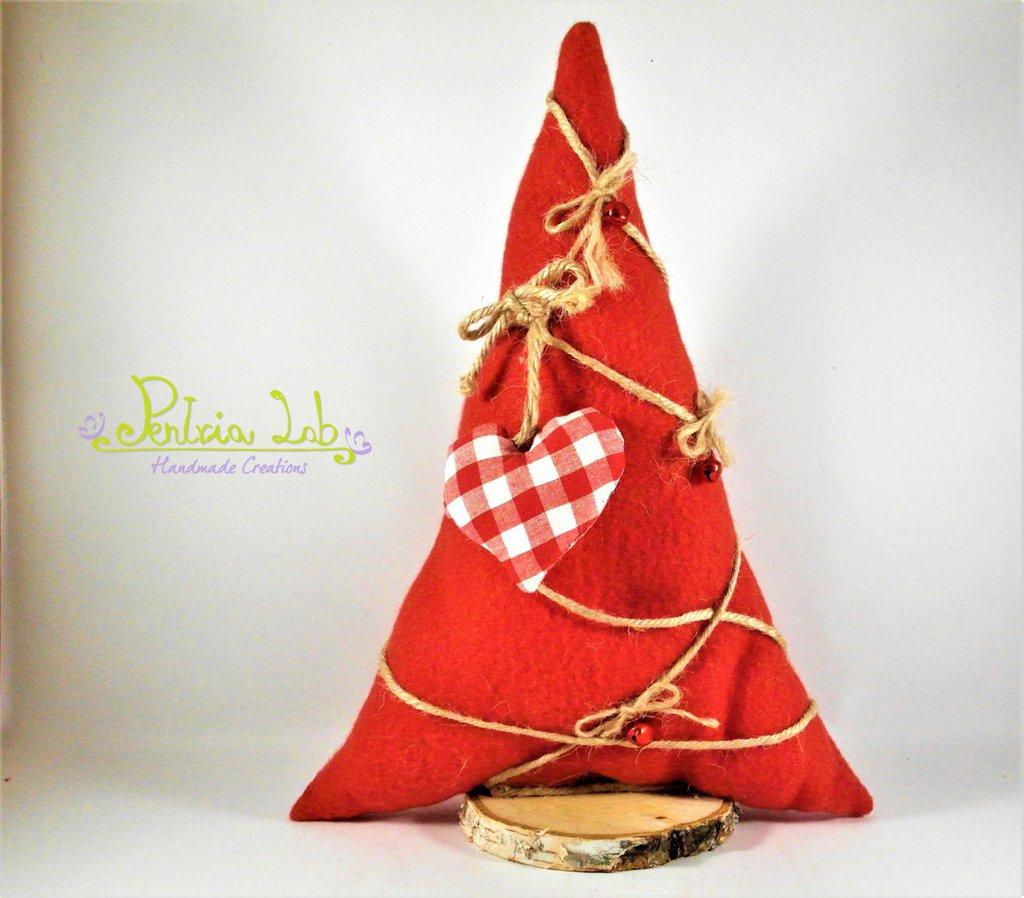 albero realizzato con tessuto in pile rosso, con base cerchio di betulla e decorazioni stoffa, altezza 31 cm