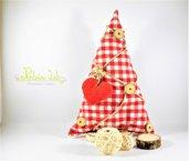 Albero in tessuto con base in legno di betulla, con decorazioni naturali e cuore di pile. Altezza 31 cm