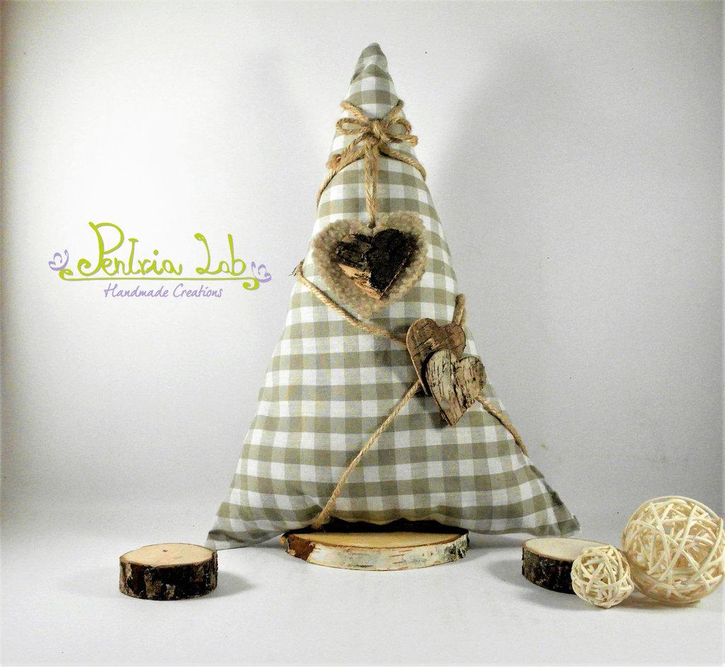 Albero in tessuto in cotone con base in legno di betulla, con decorazioni naturali e pile. altezza 31 cm