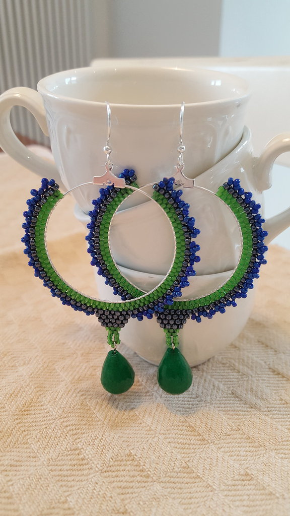 Orecchini a cerchio di perline ed agata colorata verde