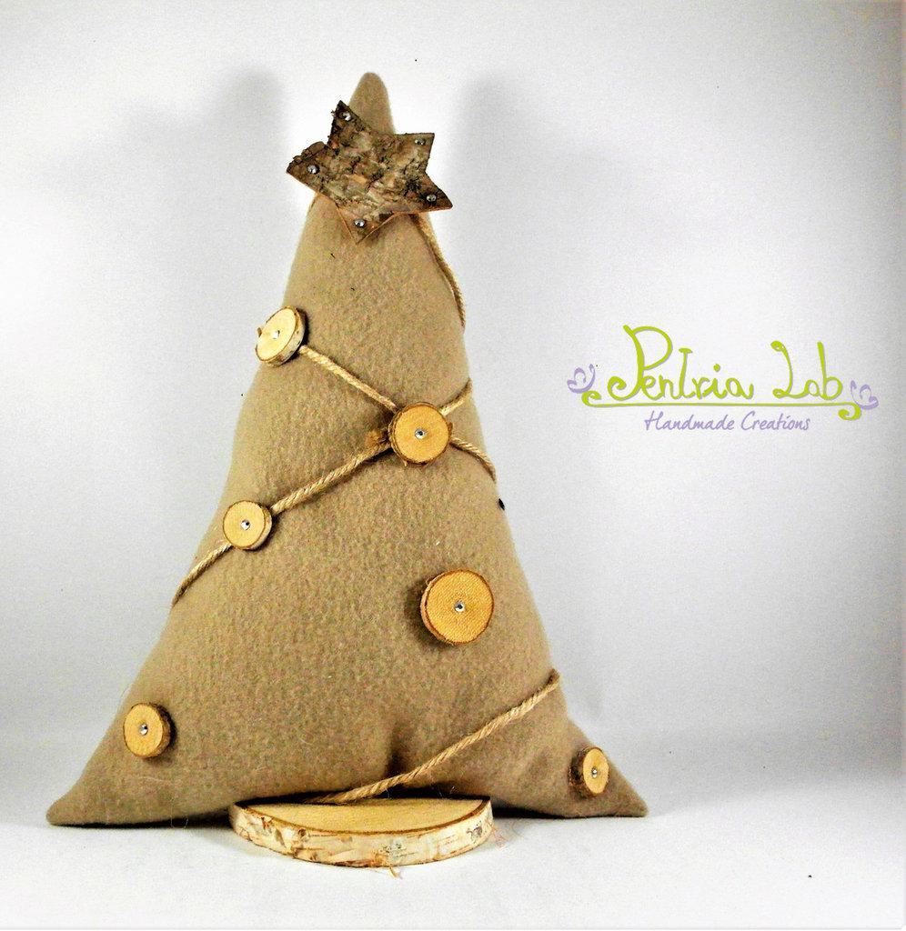 Albero in tessuto di pile con base in legno di betulla, con decorazioni naturali. Altezza 31 cm
