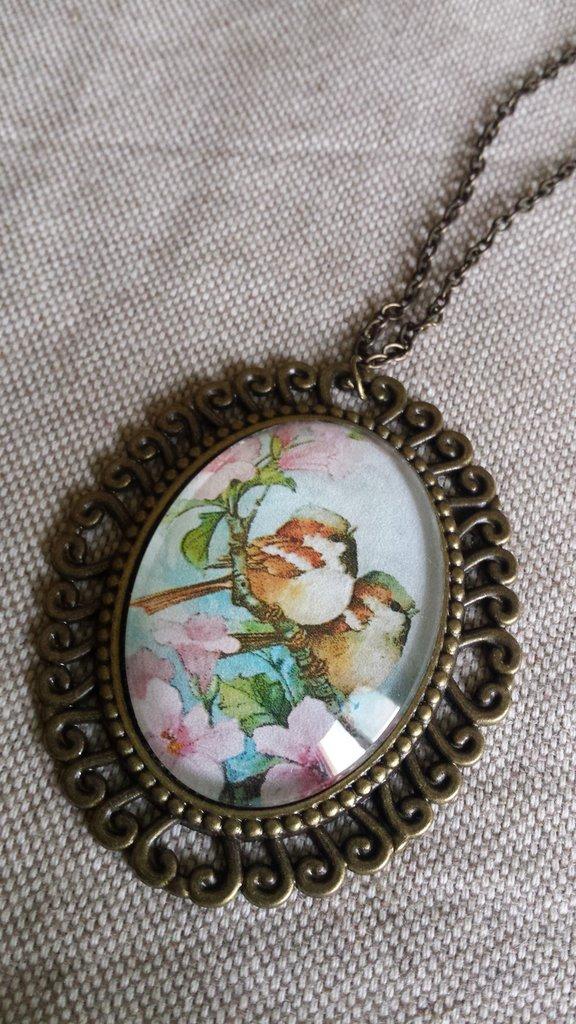 Collana lunga con cabochon ovale in vetro con uccellini