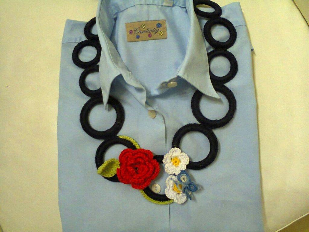 Collana uncinetto con fiori e farfalla