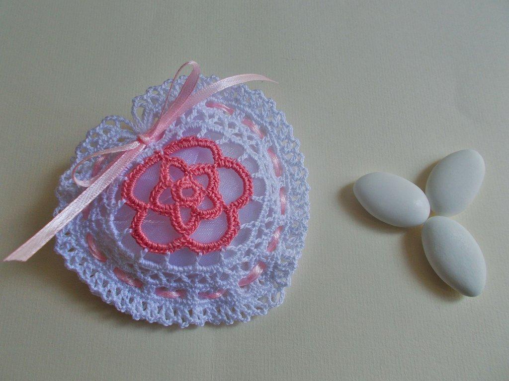 Bomboniera sacchettino cuore porta confetti all'uncinetto.