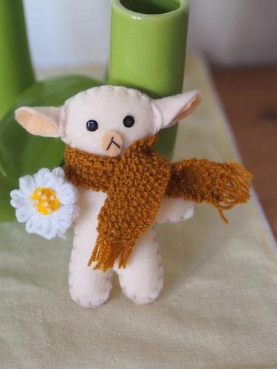 Pecora in feltro ,sciarpa a maglia e fiorellino in lana a telaio con perline.Bomboniera per bimbi o decorazione per la cameretta,per pasqua,primavera.