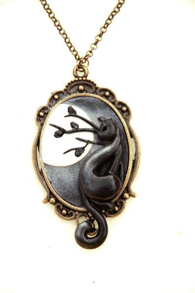 Cammeo con catenina in bronzo con gatto e sfondo in Fimo - Collezione il Gatto e la Luna il Riflesso