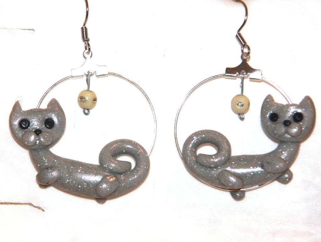 Orecchini ad' anello in metallo con perline e gatti in fimo - Grigini i gattini