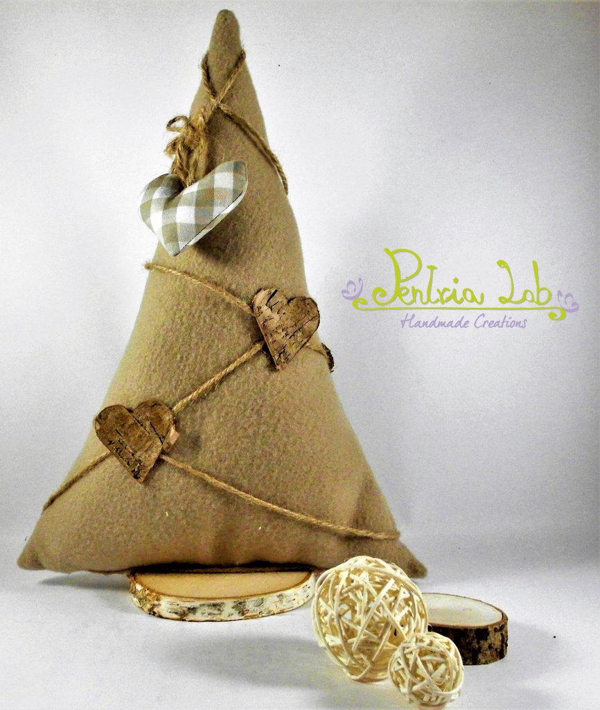Albero in tessuto di pile con base in legno di betulla, con decorazioni naturali e cuore di stoffa. Altezza 31 cm