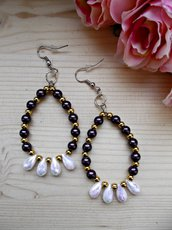 Orecchini pendenti a goccia con perline viola, oro e bianche