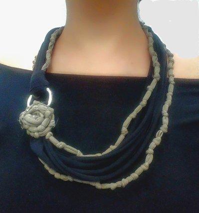 collana con fettuccia in jersey nera e tortora decorata con un fiore tortora